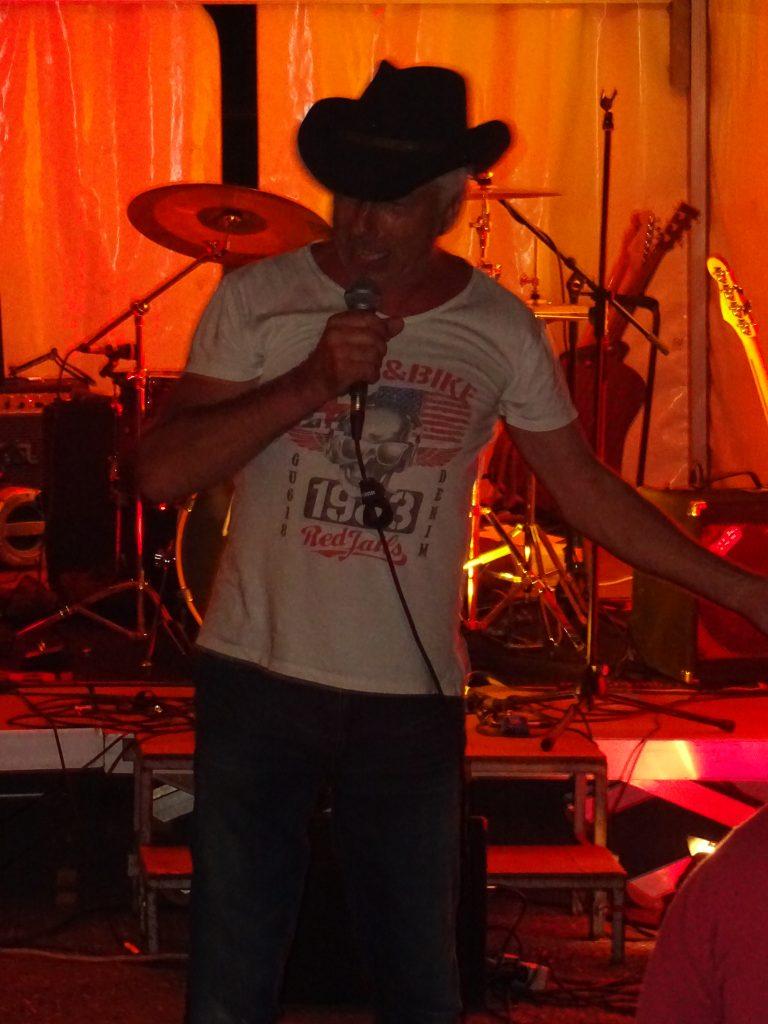Man sieht Wolfgang Kienzle - Künstlername Kay Double You - auf der Bühne performen.