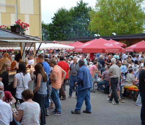 Man sieht zahlreiche Besucher beim Sommerfest der Genossenschaftskellerei Heilbronn-Erlenbach-Weinsberg