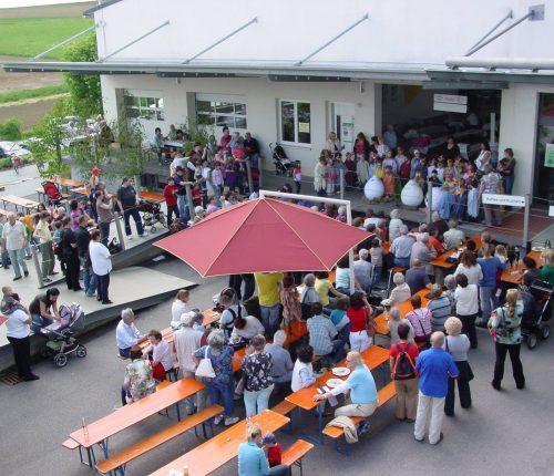 Zahlreiche Besucher beim Eberstädter Weinfest vor der Kelter in Eberstadt