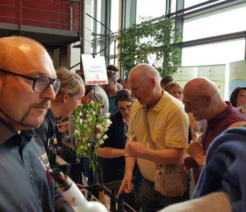 Man sieht Besucher der BW Classics 2018 in Dresden bei der Weinprobe am Stand der Fellbacher Weingärtner