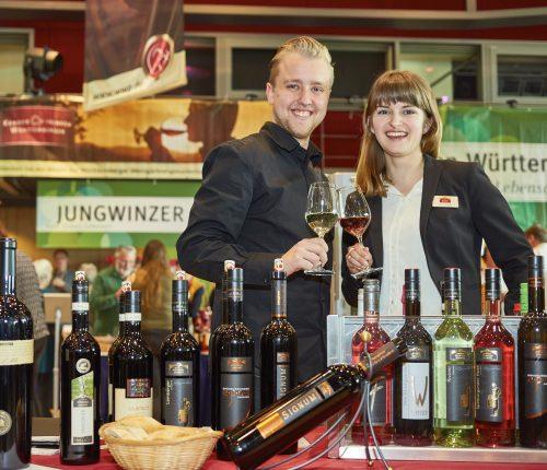 Zwei Mitarbeiter am Stand der Weingärtner Stromberg-Zabergäu