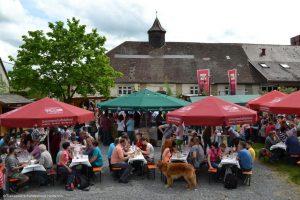 Gemütliches Beisammensein beim Lehrensteinsfelder Weinfest auf dem Festplatz am Rathaus