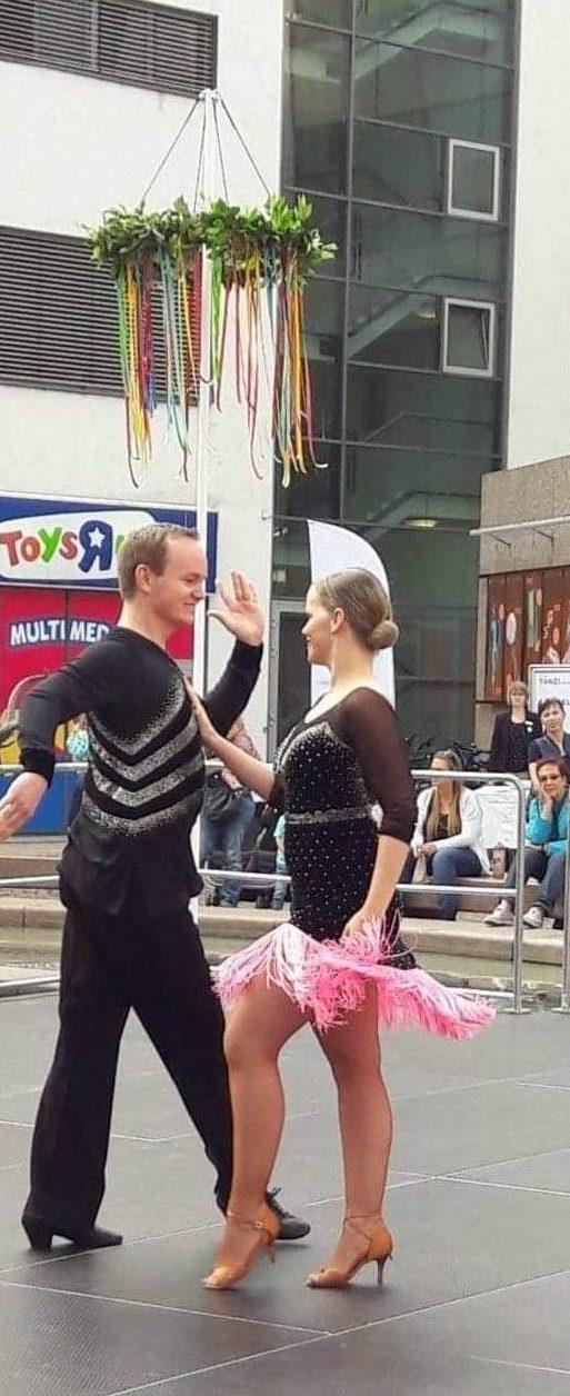 Man sieht Svenja und Felix jung von der Tanzschule Tanztraum in Flein bei einer Aufführung
