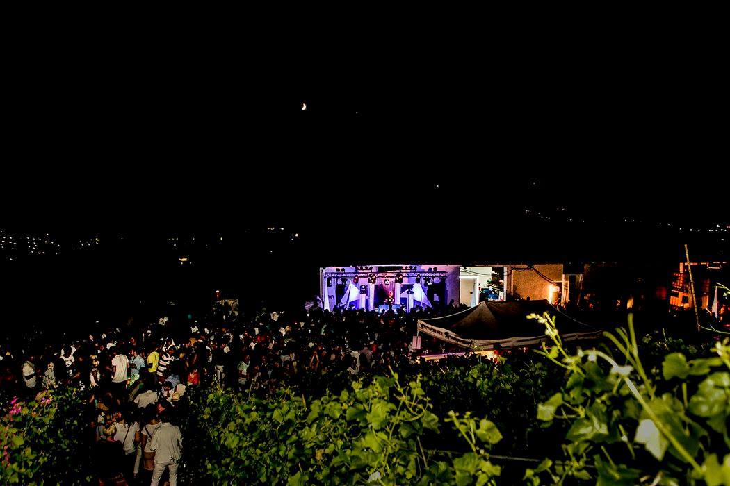Man sieht die esecco-Party der Weingärtner Esslingen bei Nacht.