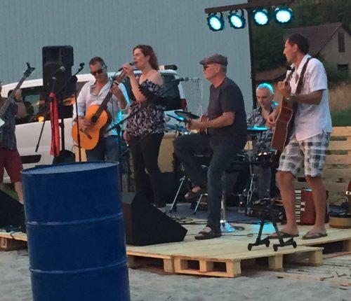 Man sieht eine Band beim Weinbergstrand am Heuchelberg spielen.