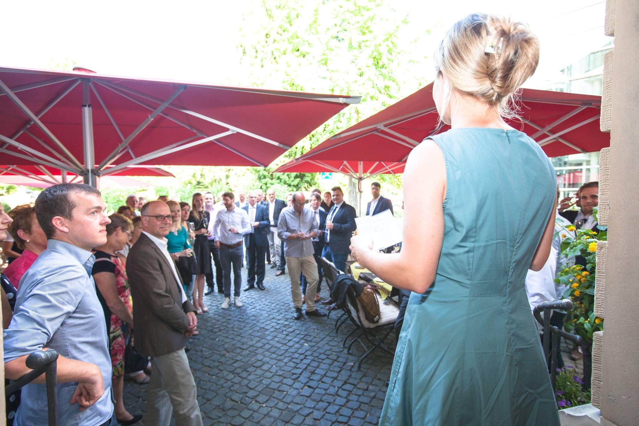 Man sieht die Württemberger Weinkönigin Carolin Klöckner bei Ihrem Vortrag über den Trollinger, bei der Siegerehrung des Trollinger Wettbewerbes 2018.