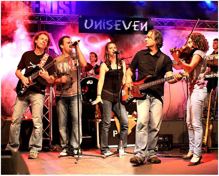 Man sieht die Band Uniseven beim musizieren auf der Bühne.
