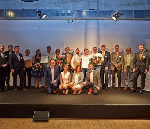 Man sieht die Preisträger des Deutschen Weingutpreises 2018 sowie Verantwortliche der beiden Institutionen, die den Preis vergeben.