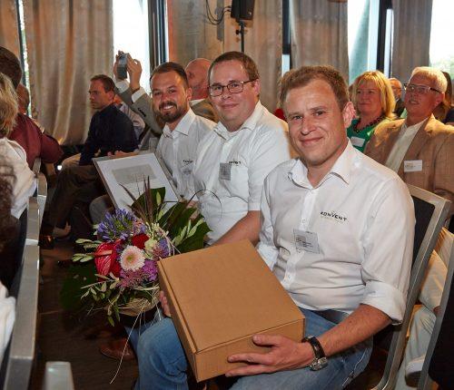 Man sieht Julian Böllmann, Timo Gebert und Markus Scharpf vom Weinkonvent Dürrenzimmern, bei der Verleihung des Deutschen Weingutpreises 2018