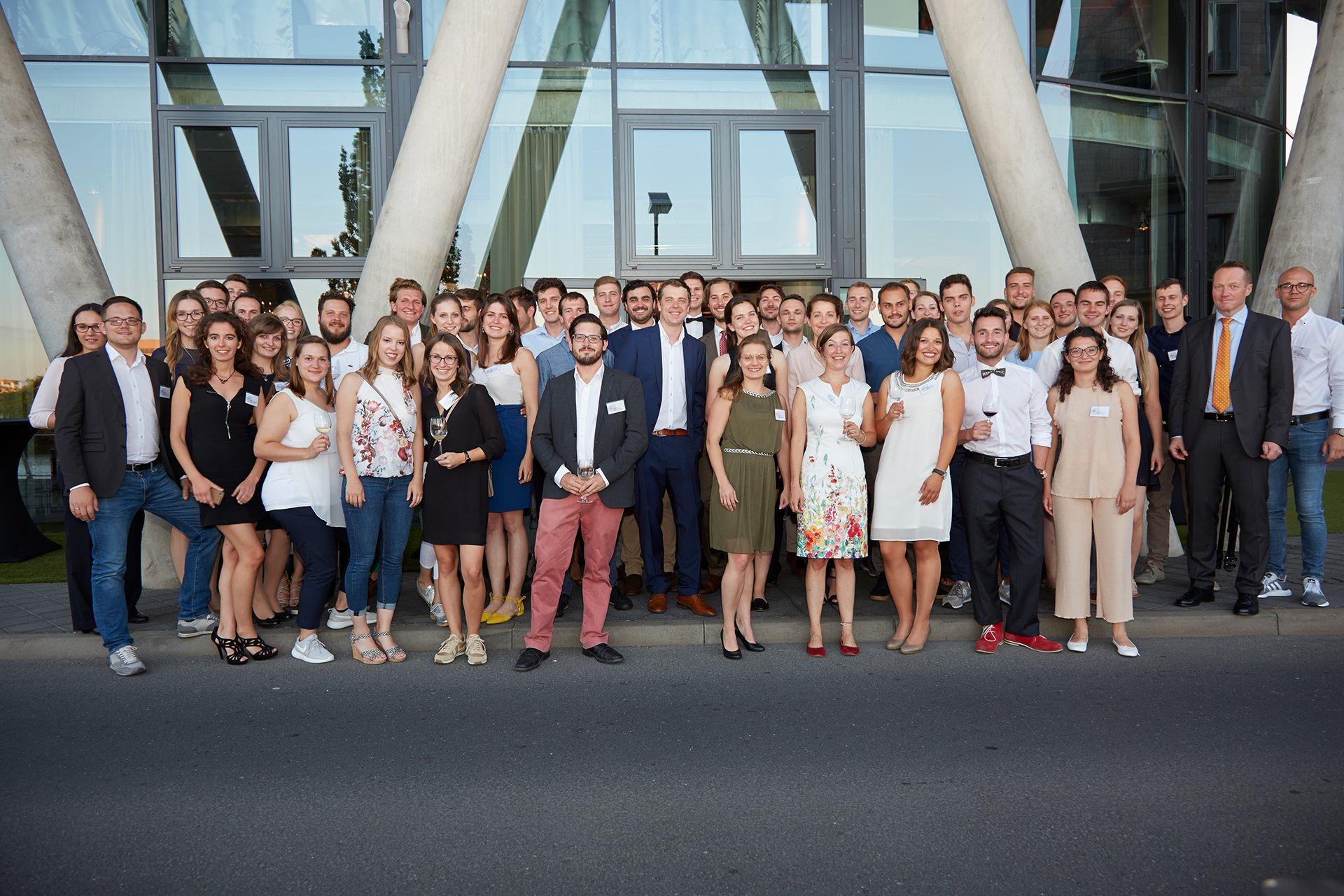 Man sieht die an der Verleihung des Deutschen Weingutpreises 2018 beteiligten Studierenden und ihre Dozenten vor der Preisverleihung