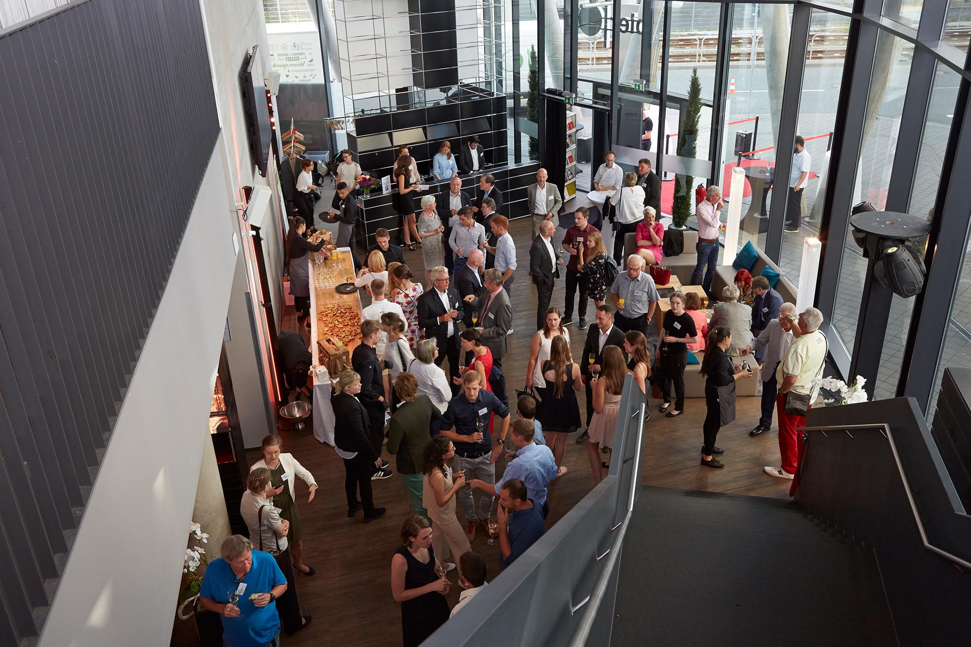Man sieht eine größere Menschenmenge, die bei der Verleihung des Deutschen Weingutpreises stehen und sich unterhalten.