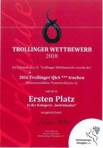 """Man sieht die Sieger-Urkunde der Weinmanufaktur Untertürkheim beim Trollinger Wettbewerb 2018 in der Kategorie """"Individualist"""", gewonnen hat der 2016er Trollinger Drei Stern trocken."""
