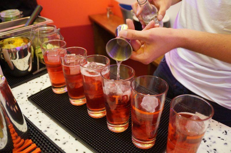 Eine Mitarbeiterin an der Bar mixt Cocktails für die Besucher der Laube 4 des Stuttgarter Weindorfes.