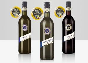 Bild von den drei Biowein-Siegern: der Riesling trocken, der Cabernet blanc trocken und der Regent trocken