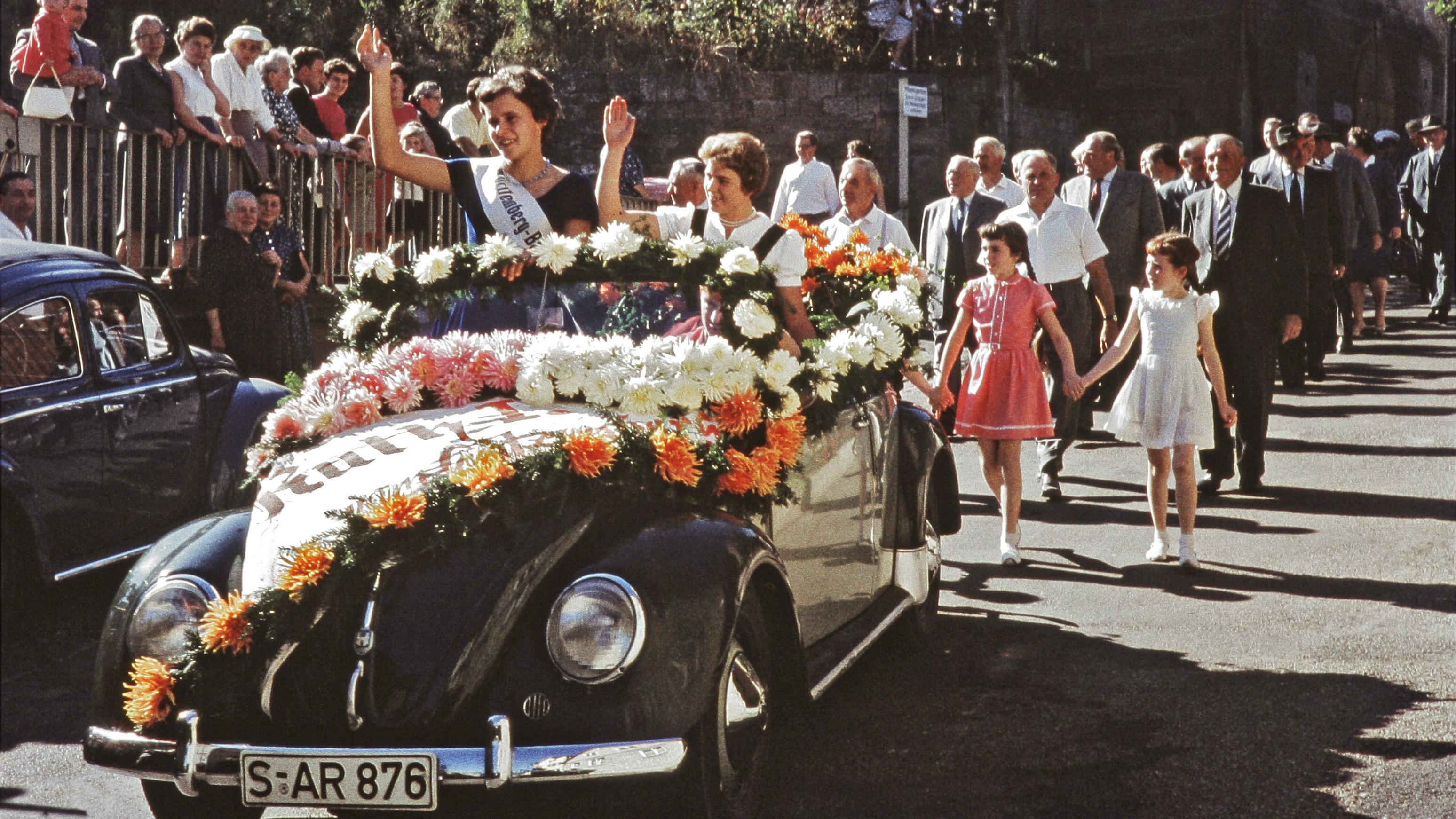 Die Weinköniginnen auf dem Uhlbacher Weinfest (1959).