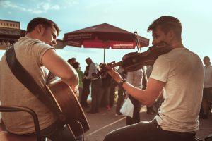Ein Gitarrist und ein Geiger, die auf dem letzten Weinlesefest (2017) aufgetreten sind