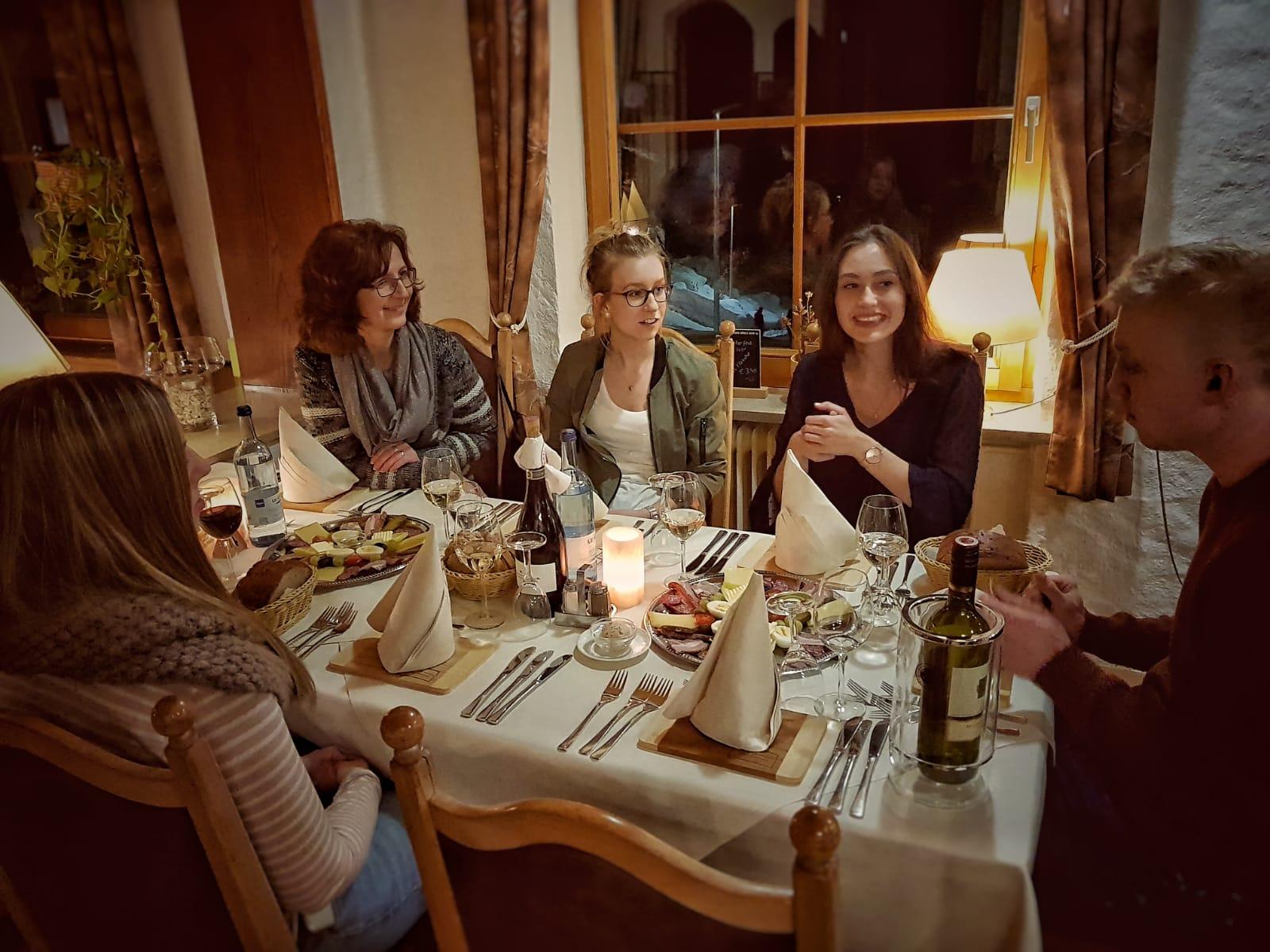 Die Gewinner der Weinheimat Württemberg Glühwein-Gaudi 2019 beim Abendessen.