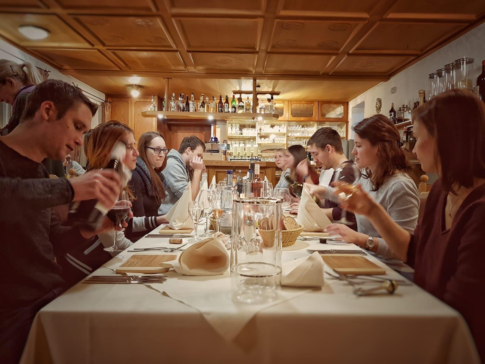 Die Gewinner der Weinheimat Württemberg Glühweingaudi beim Abendessen.