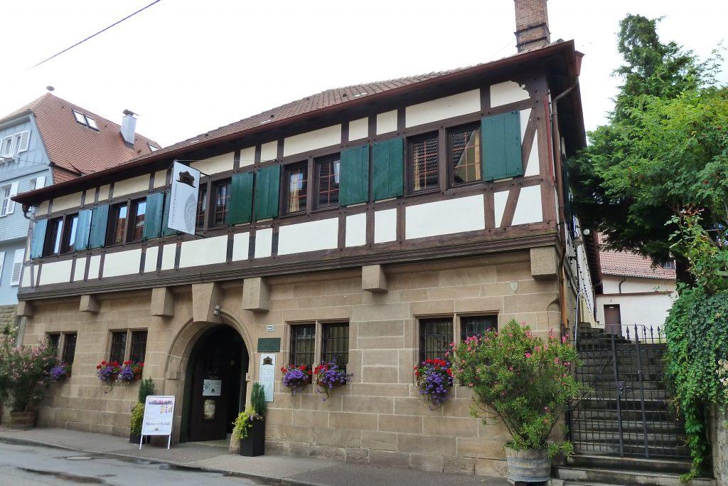 Man sieht die Uhlbacher Kelter des Collegium Wirtemberg, von außen
