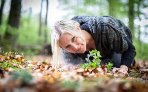 Thea Kornherr im Wald beim Kräuter suchen