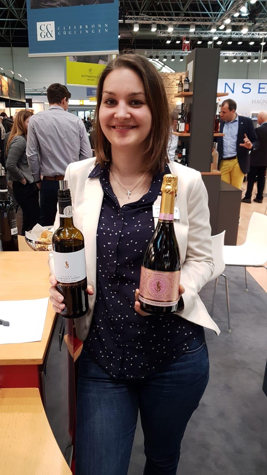 Die ehemalige württemberger Weinprinzessin Anja Gemmrich mit dem Neununvierzig Grad Rosé Cuvée brut Sekt und dem Cabernet Dorsa der Felsengartenkellerei Besigheim