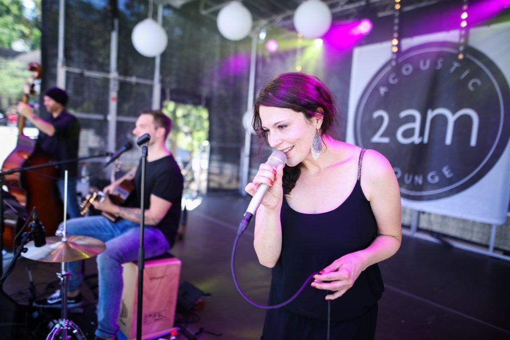 Die Sängerin Jenny Schmid mit ihrer Band 2am