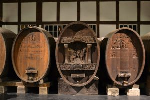 Alte Weinfässer im Weinbaumuseum Uhlbach