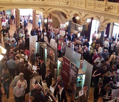 Foto von der Empore der Ludwigsburger Musikhalle, man sieht die Besucher des Württemberger Weinsalons 2019