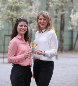 Die badische Weinprinzessin Stephanie Megerle und die württembergische Weinkönigin Julia Böcklen