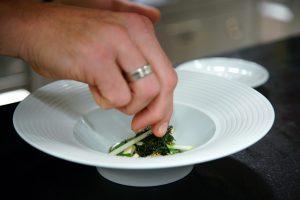 Zubereitung eines Gerichts in der Speisemeisterei