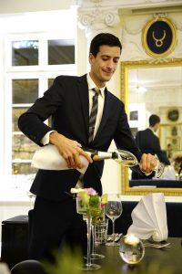 Restaurantleiter Peter Stotz beim Einschenken