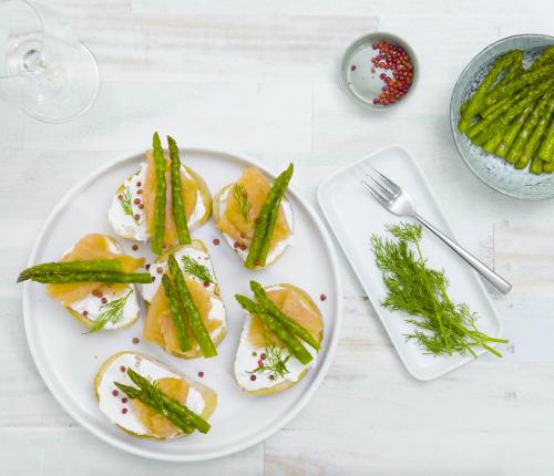 Rezept für Crostini mit Ziegenfrischkäse, geräuchertem Lachs und gebratenen Spargelspitzen