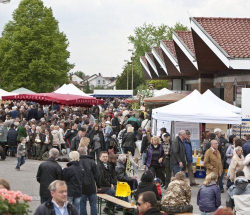 Menschen auf dem Genießermarkt Wein und Genuss der Fellbacher Weingärtner