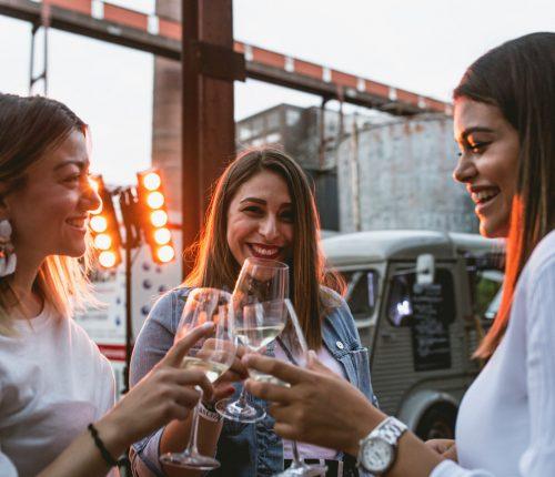 Drei Frauen stoßen bei der Langen Nacht der Weine an