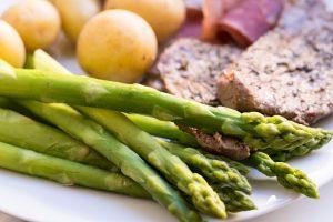 Spargel mit Fleisch und Kartoffeln