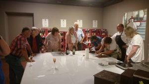 Die Gäste beim kreieren von Pralinen