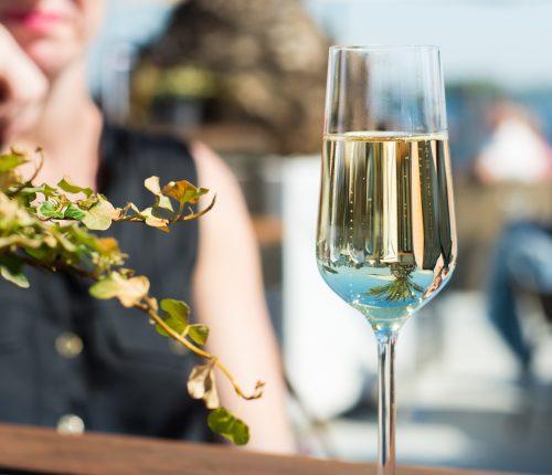 Ein Glas Sekt bei der Fête49Grad