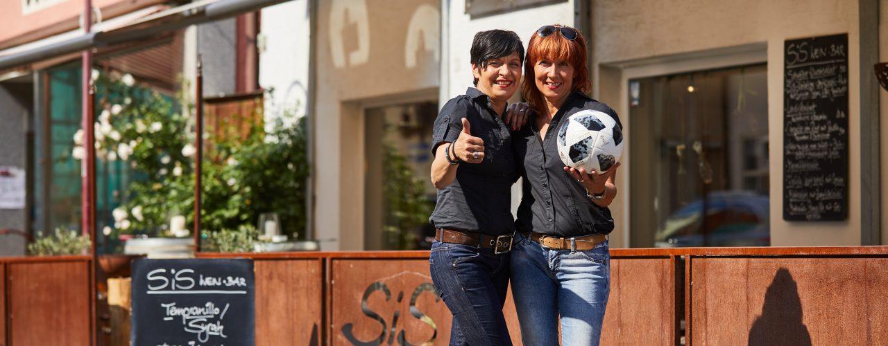 Sue und Petra vor der SiS Weinbar