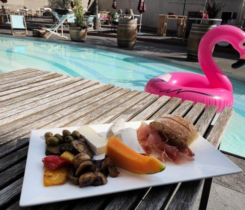 Sommerliche Speisen und Pool bei der WeinGenussKeller Sommer Edition