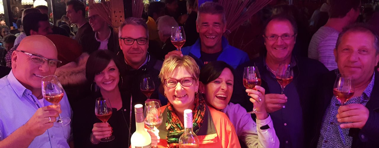 Gäste der Laube der Württemberger Weingärtnergenossenschaften beim Stuttgarter Weindorf.
