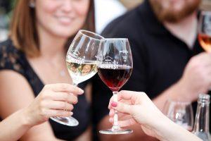 Besucher beim Erlenbacher Weinfest