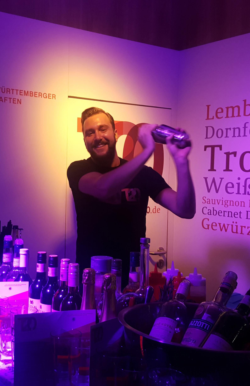 Der Bartender am Stand der Württemberger Weingärtnergenossenschaften beim Stuttgarter Weindorf