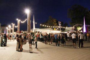Viel los am Rathausplatz bei der Ludwigsburger Weinlaube