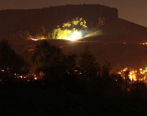 Der erleuchtete Harzberg bei Berg in Flammen