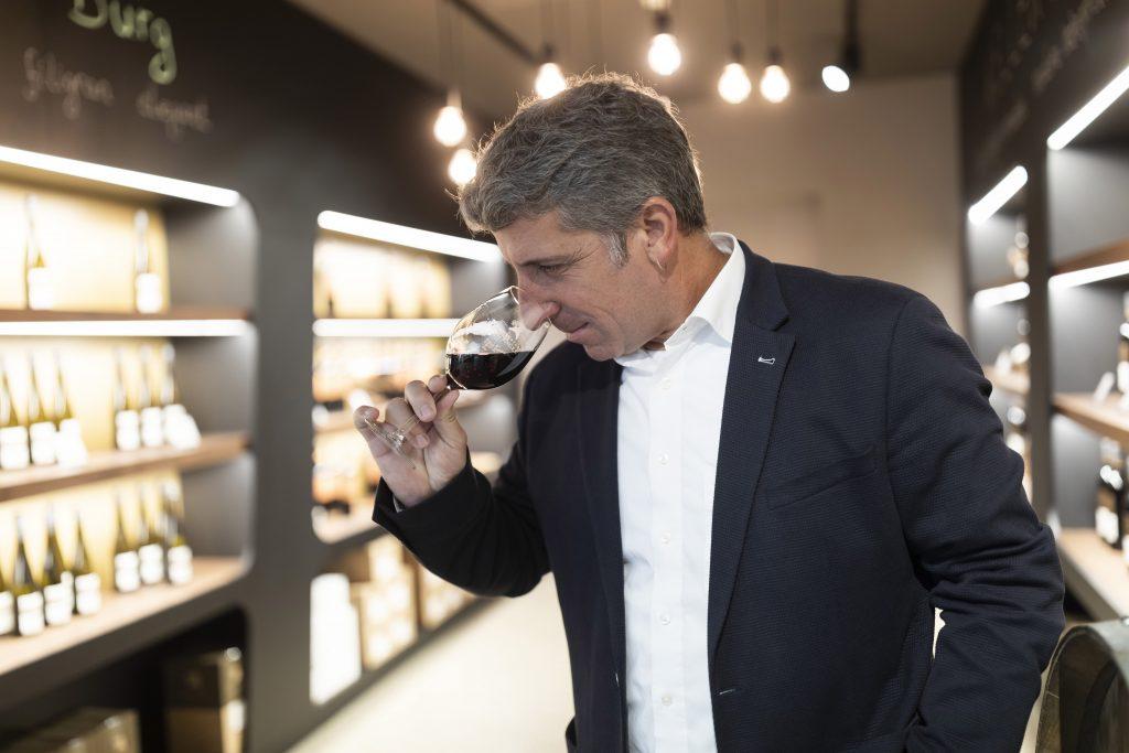 Vorstandsvorsitzender Achim Jahn verköstigt Rotwein