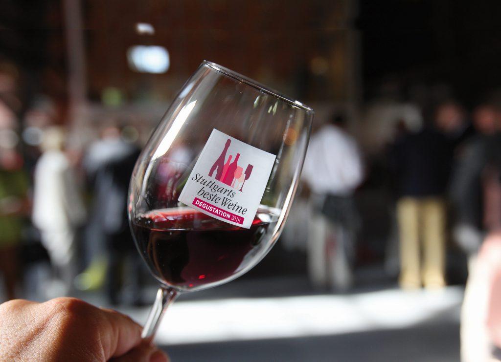 Ein gefülltes Rotweinglas bei der Stuttgarts beste Weine Degustation in Stuttgart