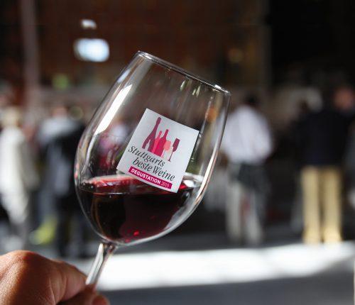 Ein gefülltes Rotweinglas bei der Degustation in Stuttgart