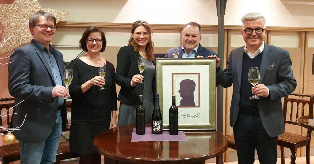 Michael Schiefer, Eva Ehrenfeld, Tamara Elbl, Dietrich Rembold und Klaus-Peter Waldenberger präsentieren die Hölderlin-Weinkollektion.