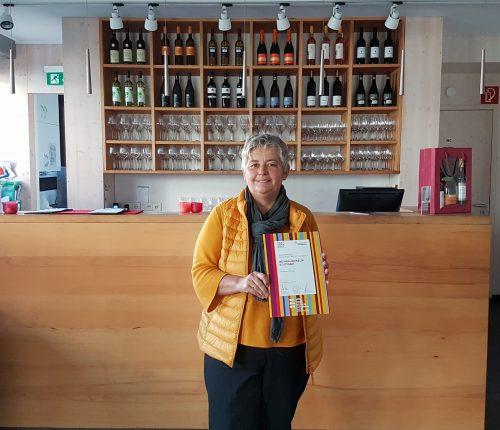Zu sehen ist Andrea Gehrlach, Leiterin des Weinbaumuseum Stuttgart und Prokuristin der Stuttgart-Marketing GmbH mit ihrer Auszeichnungs-Urkunde