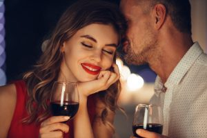 Liebespaar trinkt Wein